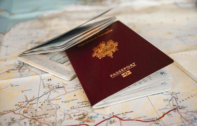 Deux passeports posés sur une carte